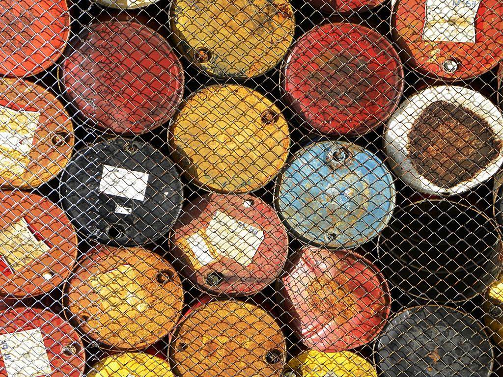 Global glut fears weigh on oil price