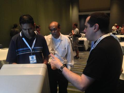 Andreas Antonopoulos helps users with the bitcoin ATM