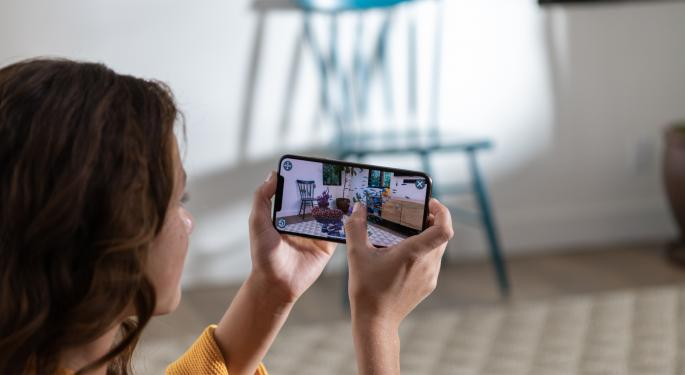 Loup Ventures Surveys iPhone Demand, Finds Strength In Plus-Sized Model