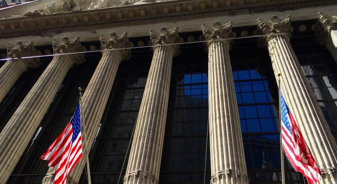 Analyst: Stick With Stocks Over Bonds Despite Economic Risks